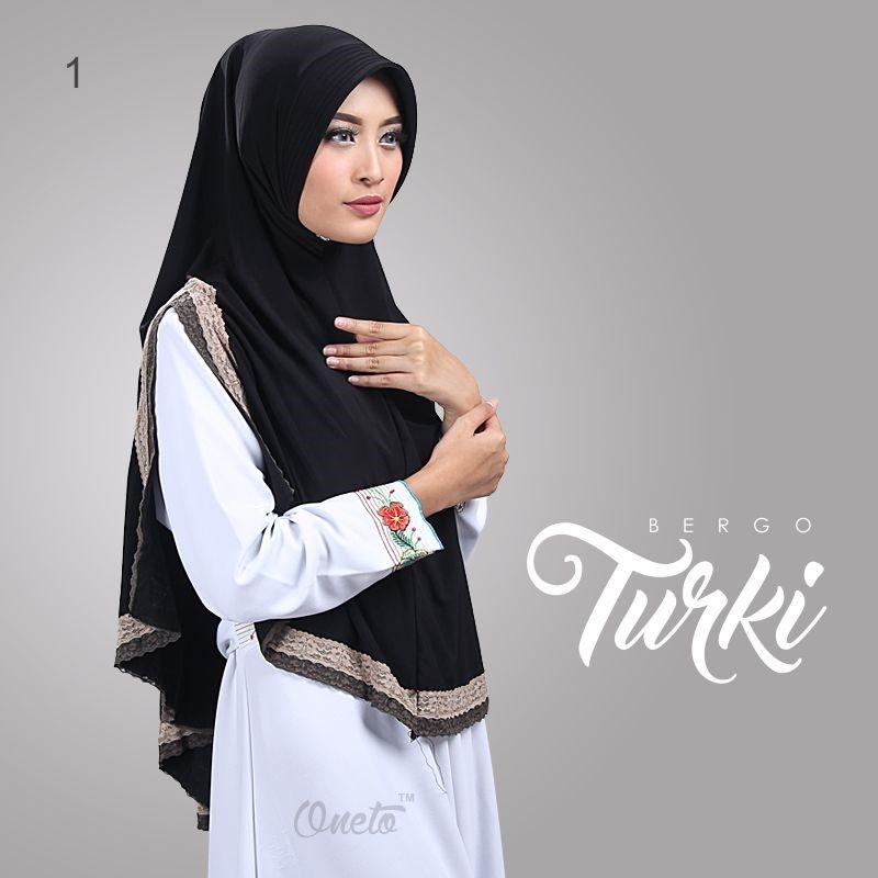 Perpaduan Cantik Model Jilbab Instan Warna Hitam dengan Jilbab Motif