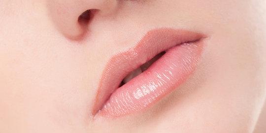 manfaat minyak atsiri lemon = memperindah bibir